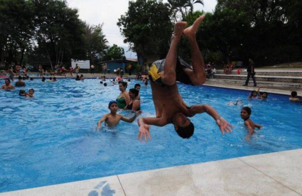 La diversión a bajo costo la puede encontrar la ciudadanía en los alrededores de la capital. En la imagen las piscinas de Don Rúa.