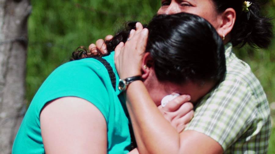 """""""Asesinos, entréguenme a mis niños"""", grita madre a autoridades de Nicaragua"""