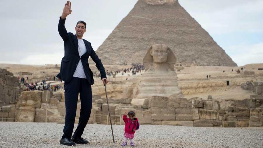 el hombre m s grande del mundo y la mujer m s peque a del mundo visitan egipto. Black Bedroom Furniture Sets. Home Design Ideas