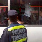 La Policía de Tránsito verificó las tarifas que cobraron varias unidades. Foto vía Twitter Mario Amaya