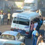 Usuarios afectados por el servicio irregular de transporte público. Foto vía Twitter Mario Amaya