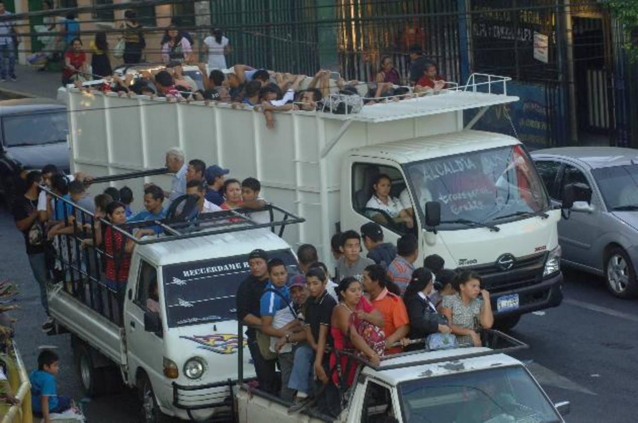 Ayer miles de personas se trasladaron en pick ups y camiones hacia sus destinos en el tercer día de paro del transporte público que mantiene las gremiales Fecoatrans