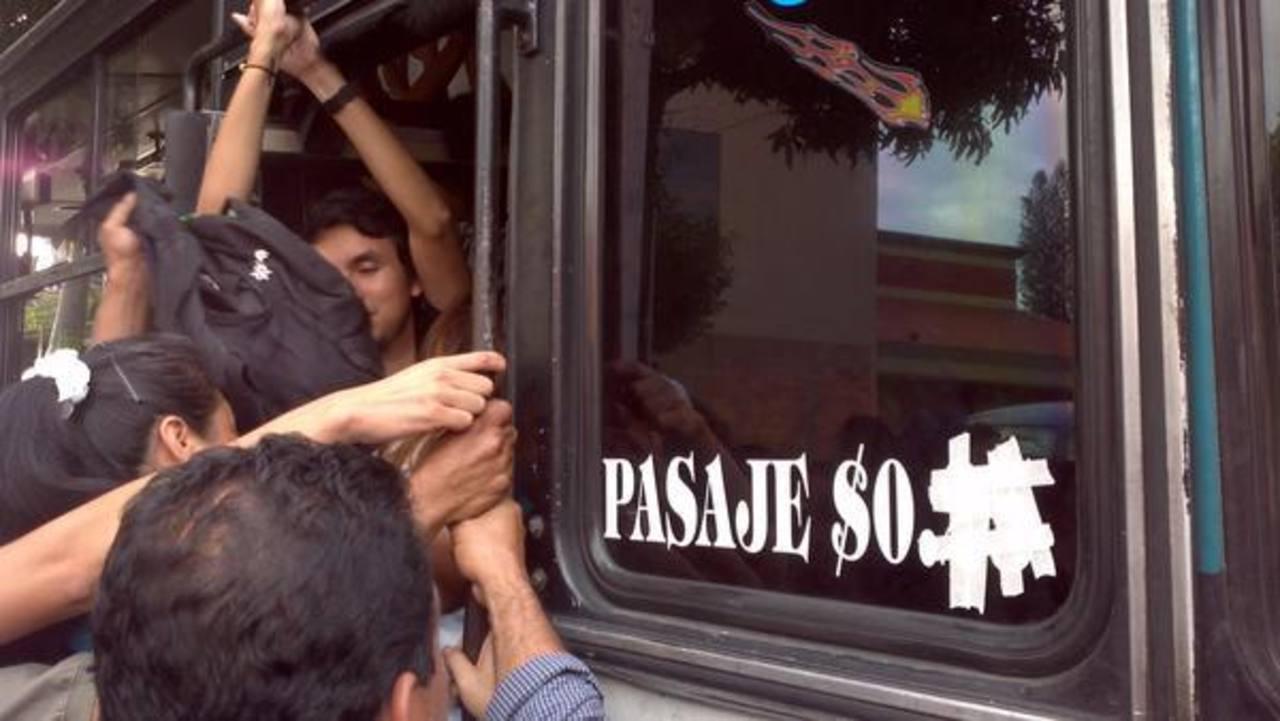 Un microbús de la 46-C cubrió la tarifa establecida por las autoridades para aumentar el pasaje a $0.35. Foto vía Twitter Mario Amaya