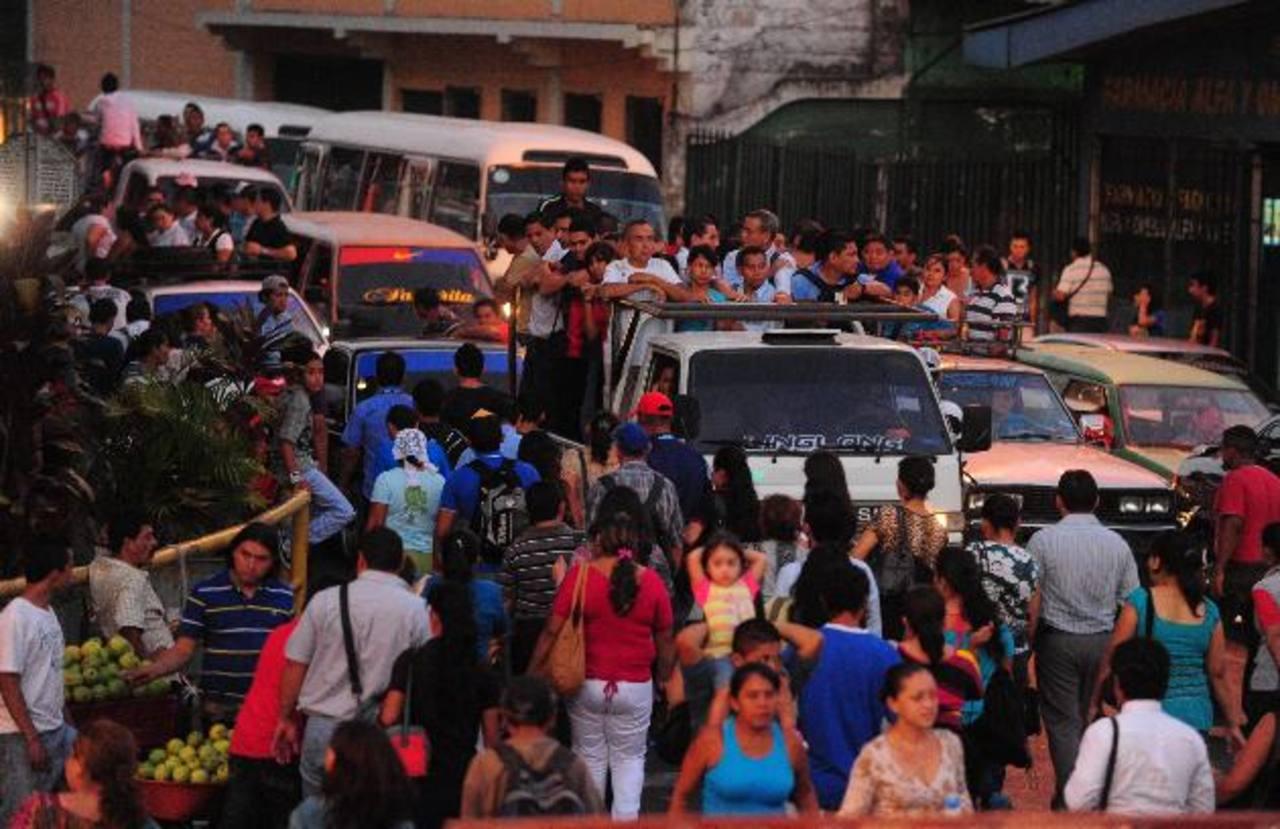 La gente abarrotó los transportes que estuvieron disponibles para poder trasladarse.