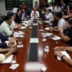 Mientras unos empresarios se reunieron con personeros de gobierno