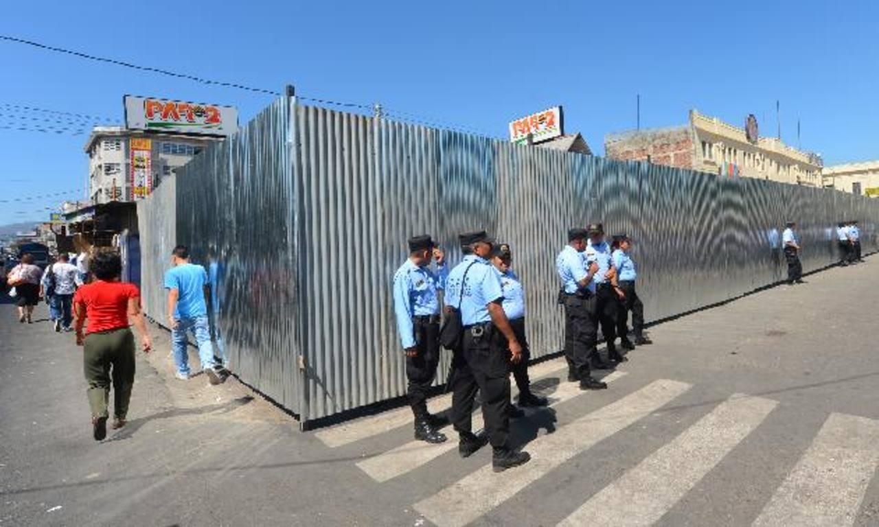 La barda perimetral fue instalada para iniciar la construcción de una plazoleta que costará unos 15 mil dólares. foto s edh / marvin recinos