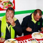 El presidente de Ecuador, Rafael Correa (iz), y su fórmula vicepresidencial, Jorge Glass (d), comen durante un acto de campaña electoral, en Quito. foto edh / efe