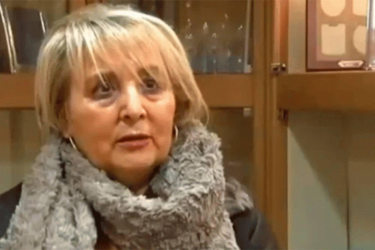 A sombrillazos, anciana evita asalto a negocio