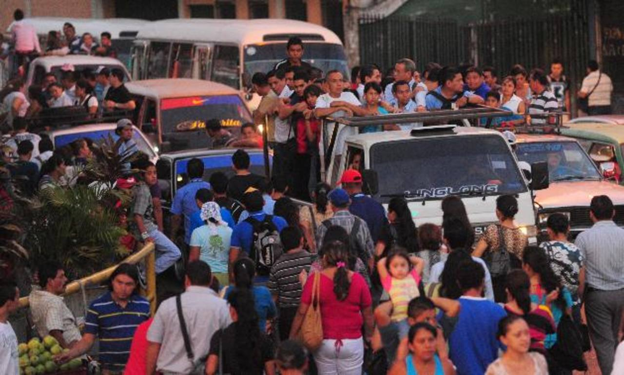 A primeras horas de la mañana los trabajadores del transporte bloquearon la carretera Panamericana. FOTO EDH