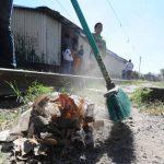 Actividades de limpieza son algunas de las que realizan los beneficiados con el PATI . Foto EDH / Claudia Castillo