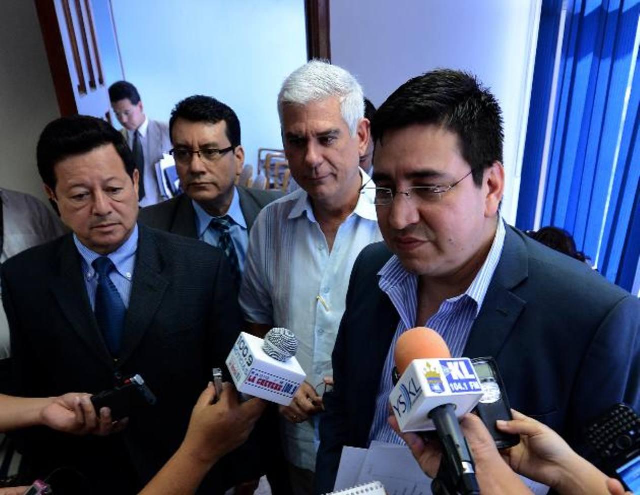 Los diputados Antonio Almendáriz, Arnoldo Marín, Rodolfo Parker y Douglas Avilés al salir de la sesión de la subcomisión que estudia las propuestas para titular de PGR. foto edh / mario amaya