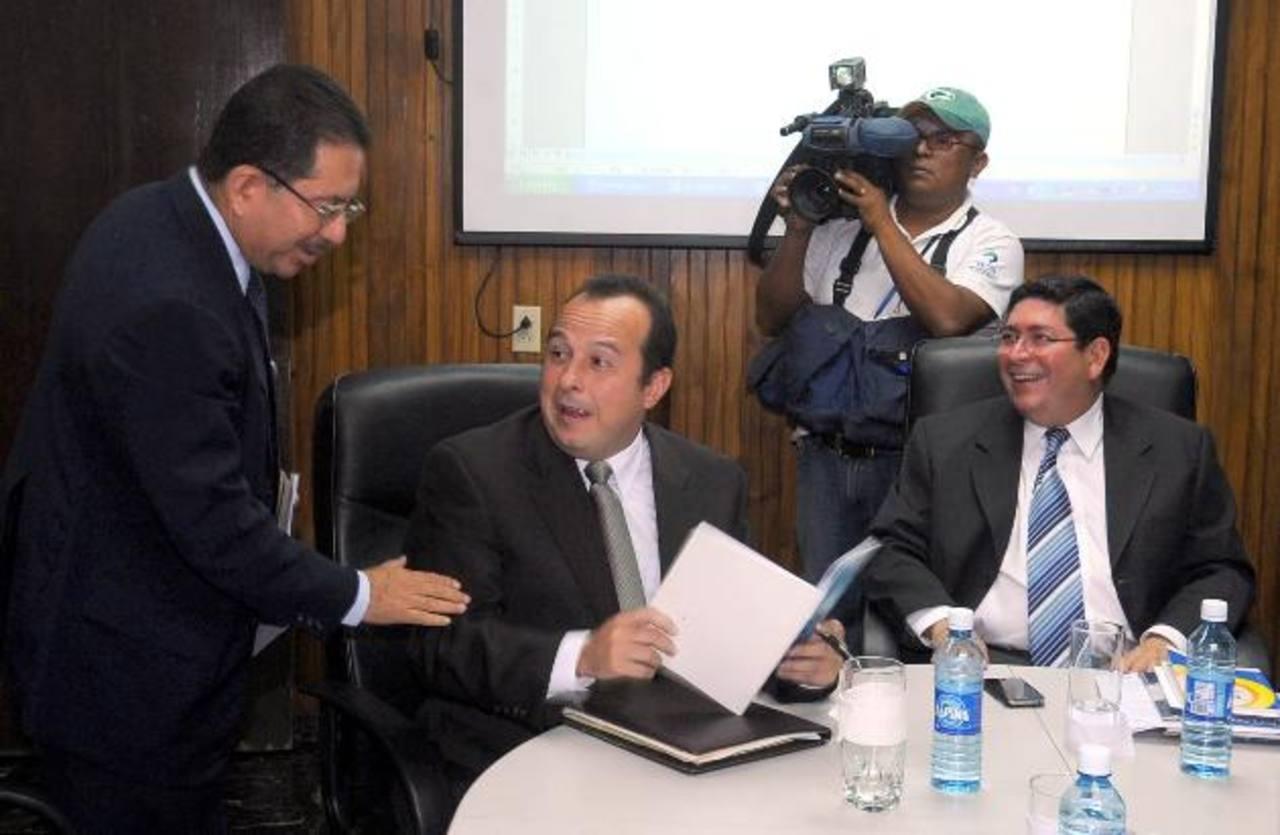 El titular del TSE, Eugenio Chicas, con los magistrados Fernando Argüello Téllez y Walter Araujo. foto edh / archivo
