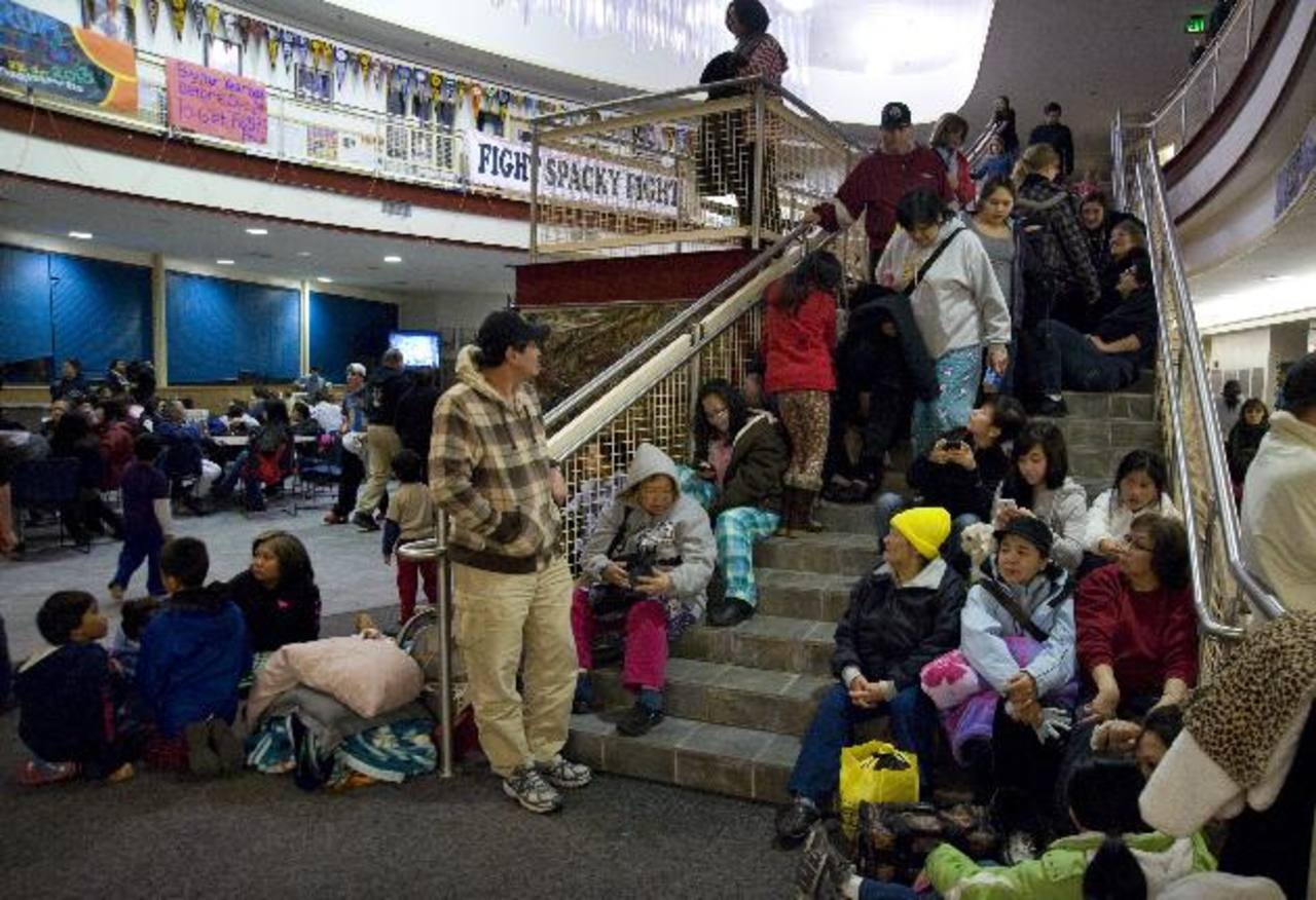 Personas se resguardan en escuela de Sitka, en Alaska, tras un fuerte temblor que causó alerta de tsunami. FOTO AP