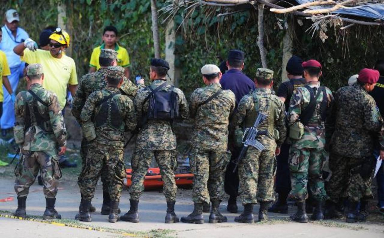 Fiscalía y Medicina Legal reconocen el cadáver del cabo Carlos Jiménez, quien murió al fallarle el equipo de paracaidismo en pleno show. Foto EDH / Mauricio Cáceres