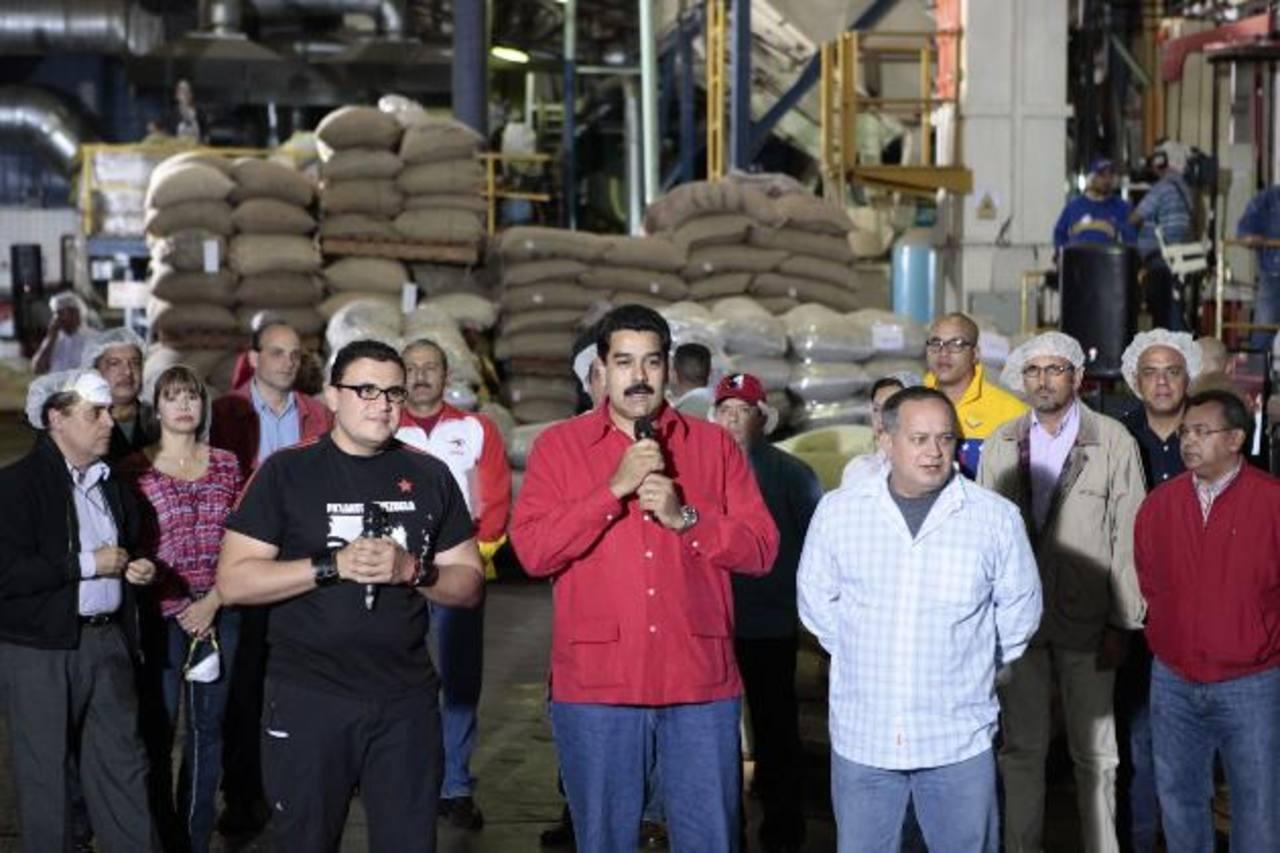 Nicolás Maduro (centro) habló anoche acompañado de la mayor parte del tren ministerial e insistió en que el Gobierno sigue trabajando bajo la directriz socialista de Chávez a pesar de su ausencia.