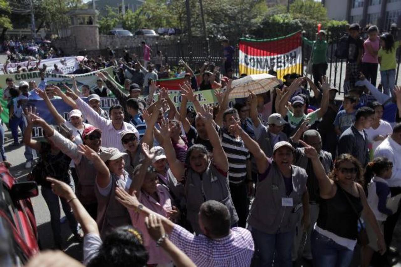 Organizaciones sociales se manifiestan a favor de la destitución de cuatro magistrados. foto edh / efe