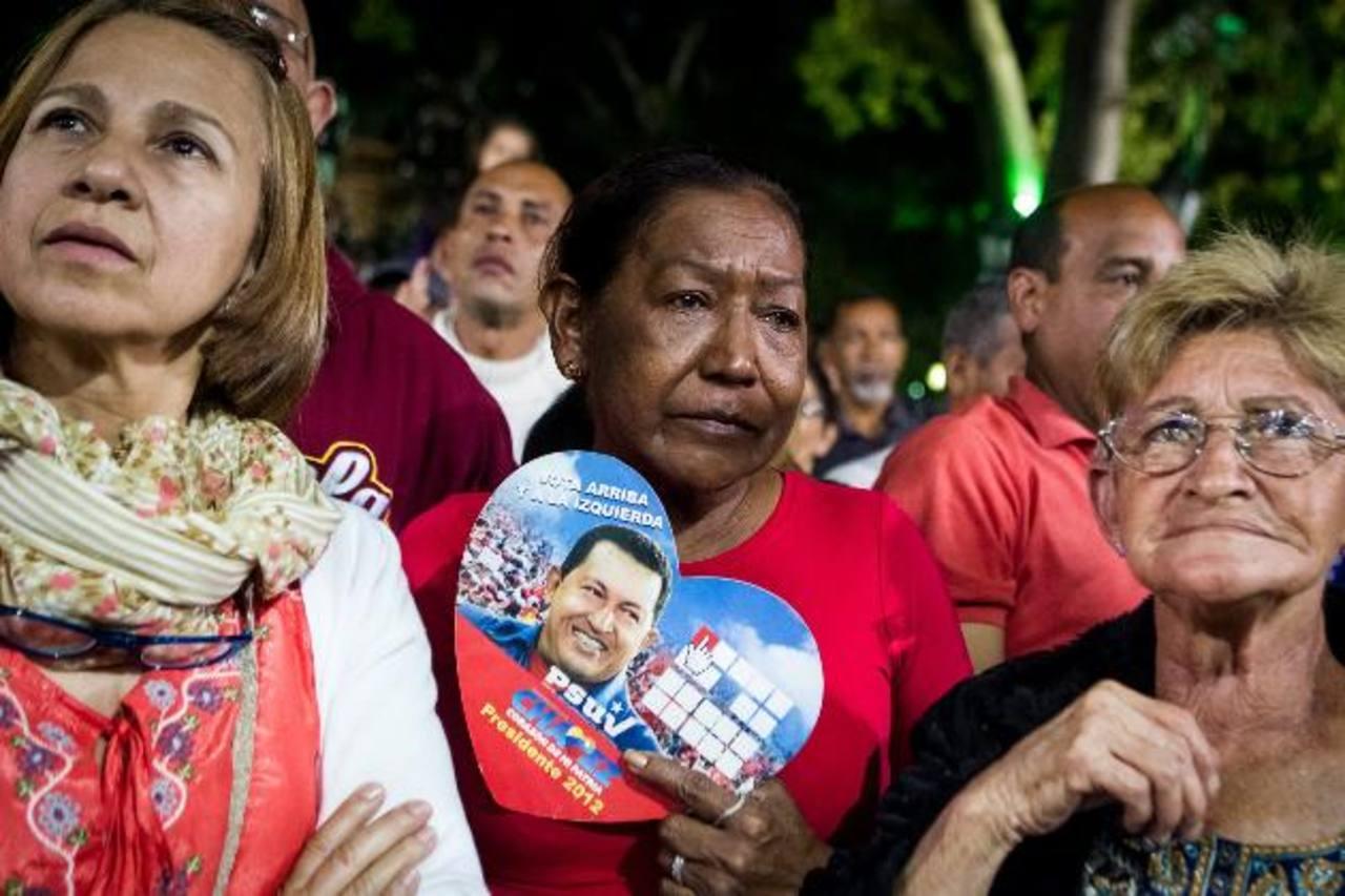 Varias personas asisten, el 31 de diciembre de 2012, a una misa por la salud del gobernante de Venezuela, Hugo Chávez, en Caracas. Foto EDH EFE