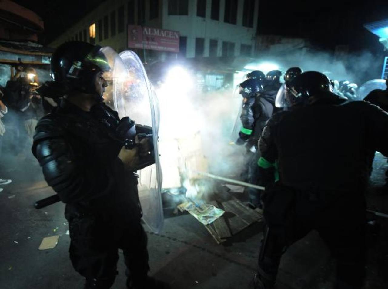 En octubre pasado hubo desalojos de vendedores en la calle Arce, 3a. av. Norte y Parque Hula Hula . FOTO EDH/Archivo