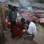 Las personas sin hogar se calientan en una fogata en una fría mañana de invierno en el casco antiguo de Delhi. Foto/ Reuters