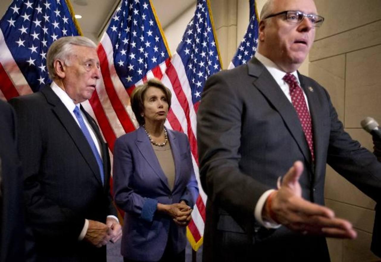 El republicano Joseph Crowley se dirige a los medios en una conferencia en el Capitolio. Al centro, la líder Nancy Pelosi. El Senado votó en la madrugada del 1 de enero. /Ap