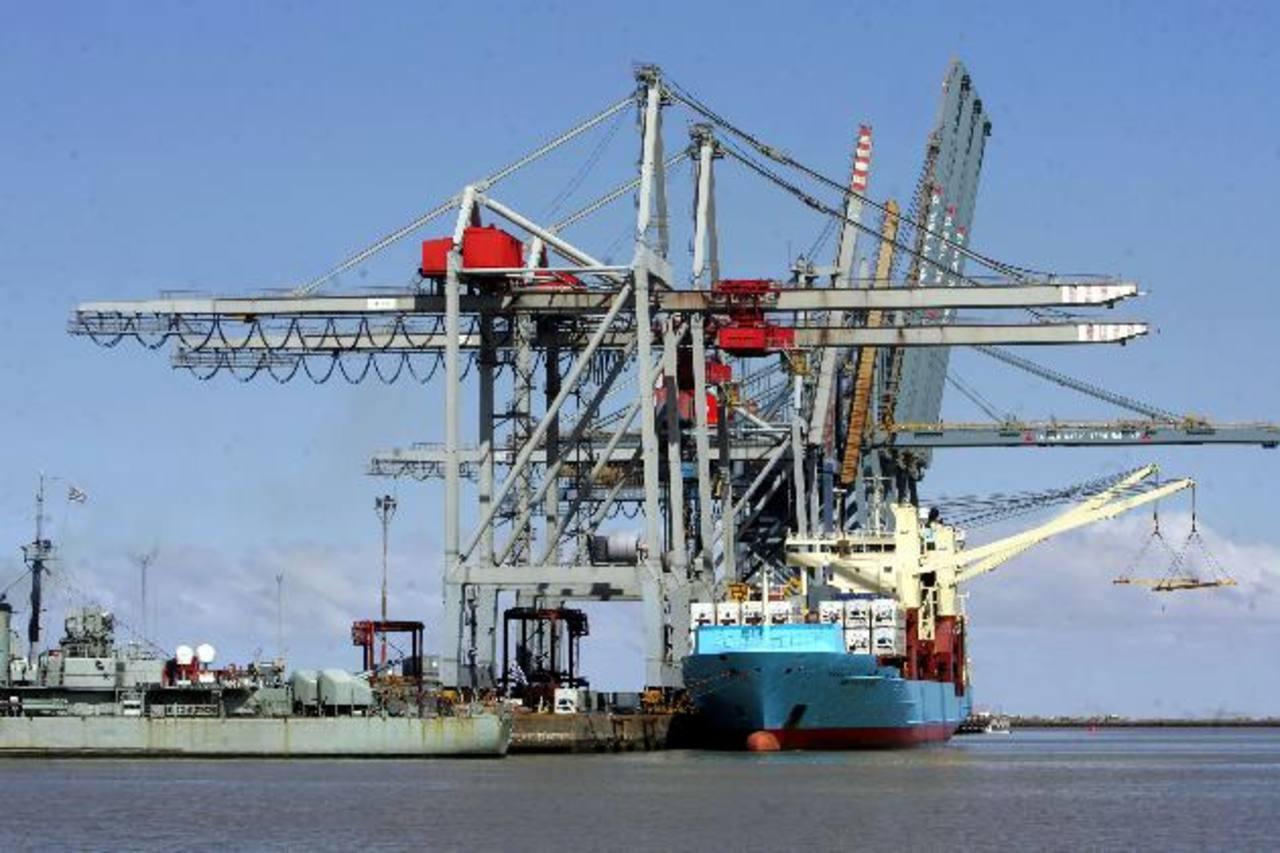 Puerto de Montevideo, de alto tráfico con Argentina.