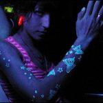 Tatuajes con tinta ultravioleta, marcan tendencia