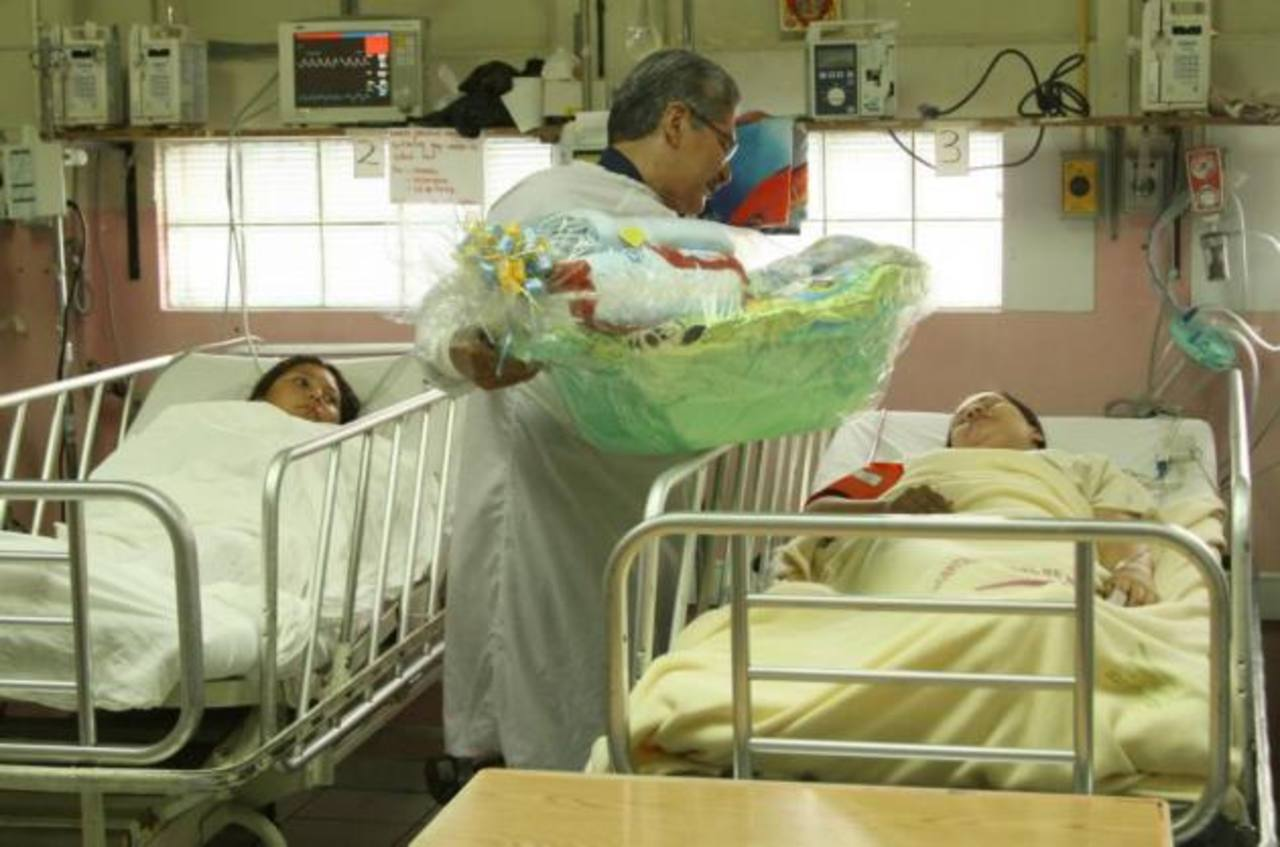 El edil Norman Quijano entregó paquetes para el cuido de los bebés a las afortunadas mamás. FOTO EDH