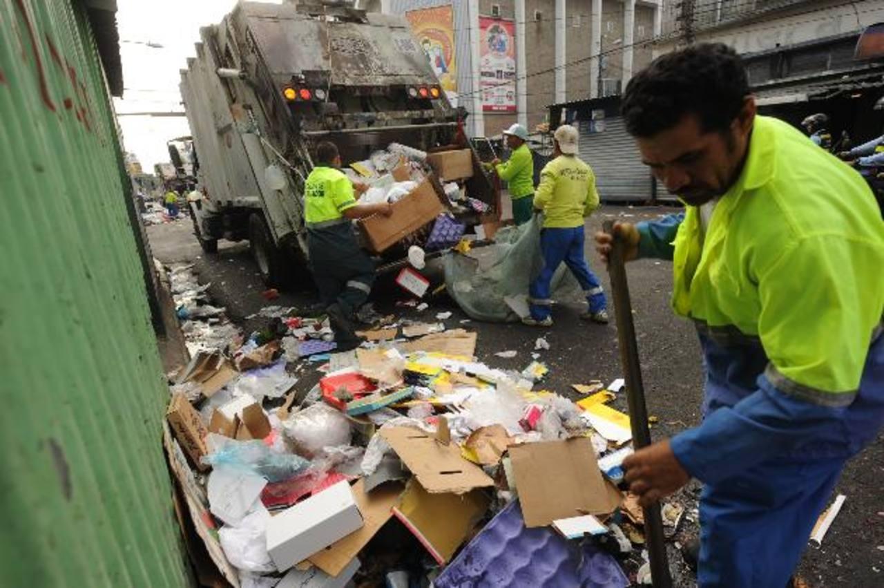 Seis camiones compactadores participaron en la limpieza del centro capitalino. fotos edh / lissette monterrosa