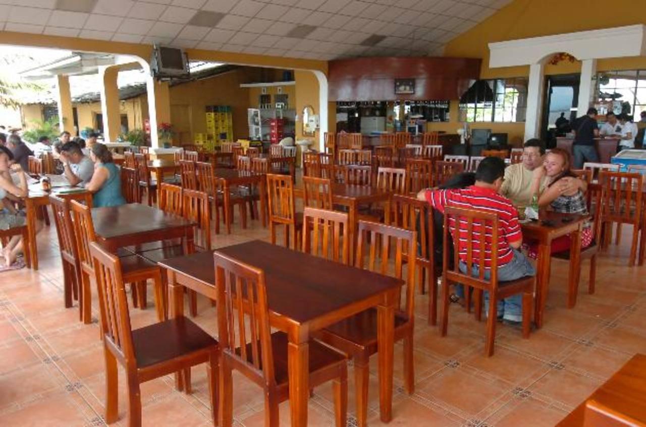 En muchos de los restaurantes de la ciudad se da trabajo por días a jóvenes, incluso a muchos estudiantes del Megatec. Algunos tienen clientela familiar, otros turística.