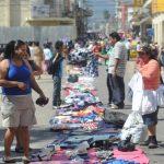 Esta mañana los comerciantes desalojados en octubre pasado instalaron sin permiso sus ventas sobre la Calle Arce. Foto EDH / Douglas Urquilla