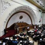 Miembros de la Asamblea Nacional asisten a una sesión en Caracas,
