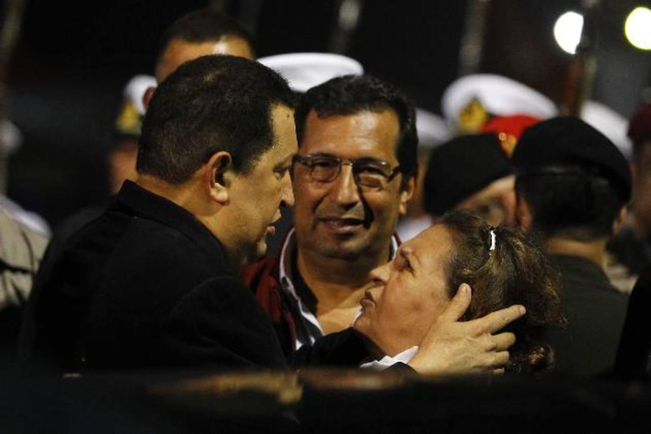 Presidente Chávez con su hermano Adán Chávez y su madre, Elena Frías. FOTO EDH/REUTERS