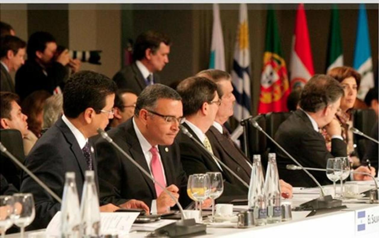 El presidente Mauricio Funes junto al canciller Hugo Martínez en una de las reuniones durante la Cumbre iberoamericana celebrada en Cádiz, España. Foto EDH / archivo