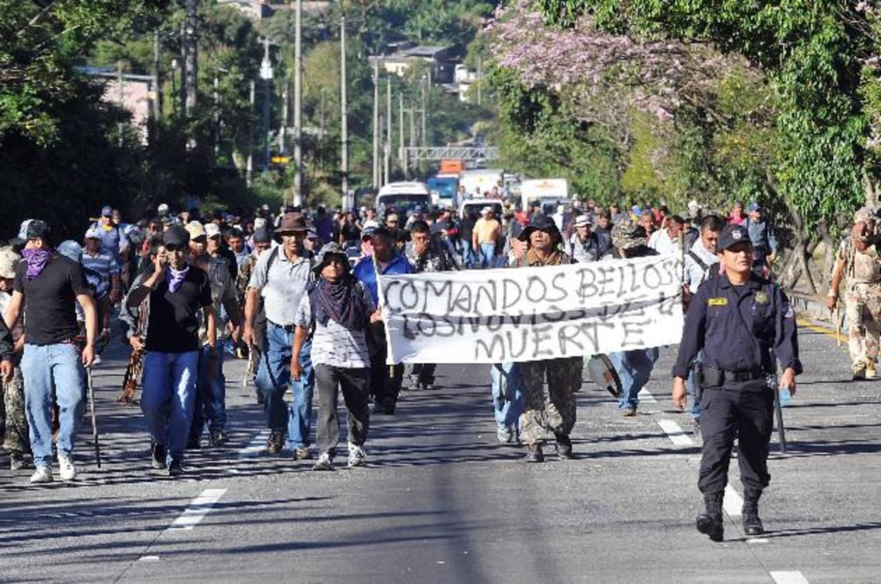 La carretera a Comalapa fue una de las arterias escogidas por los manifestantes para exponer su descontento. Foto EDH / oscar mira