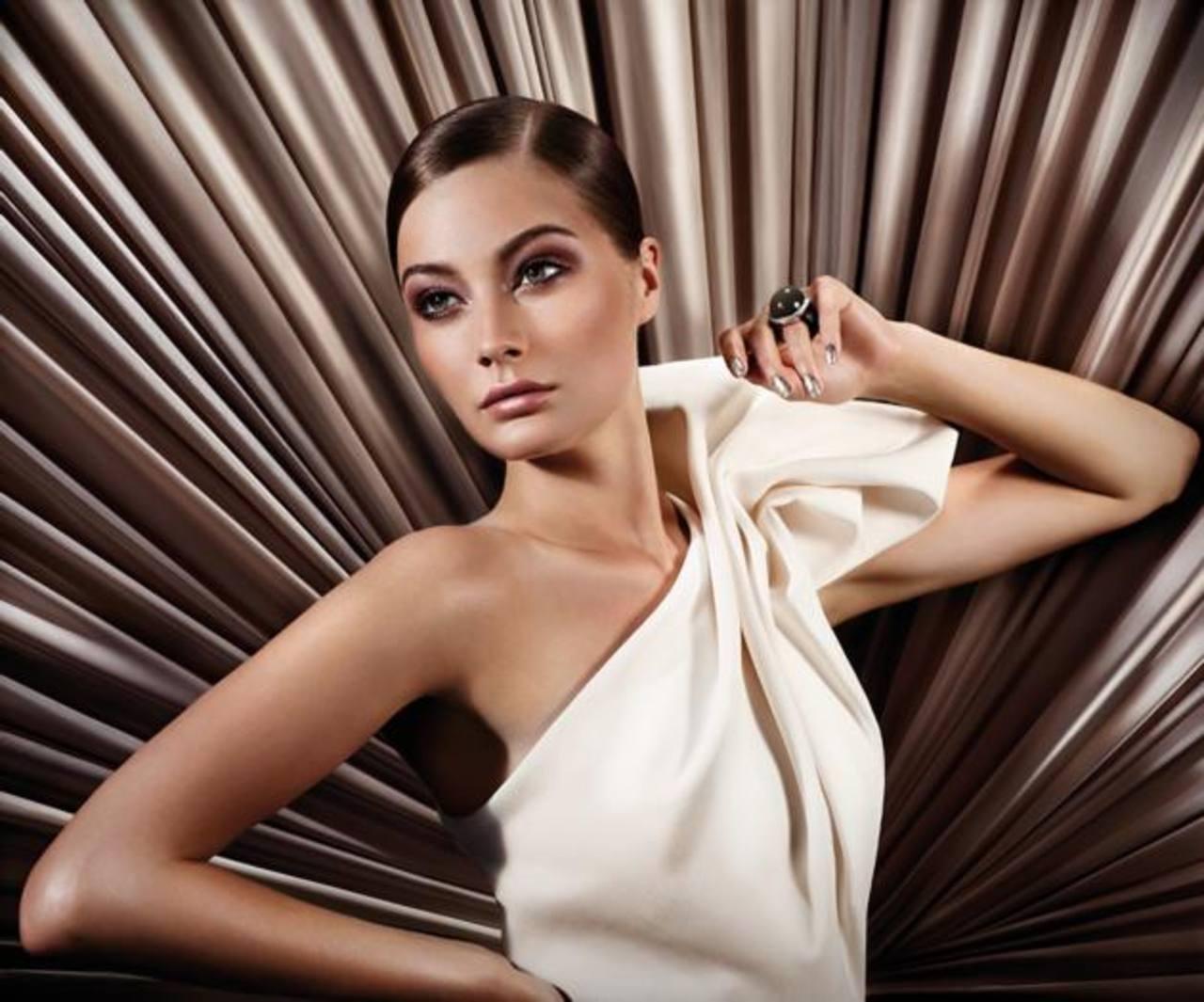 Glam Deluxe, inspirada en la elegancia y glamour femenino con colores brillantes y texturas únicas.