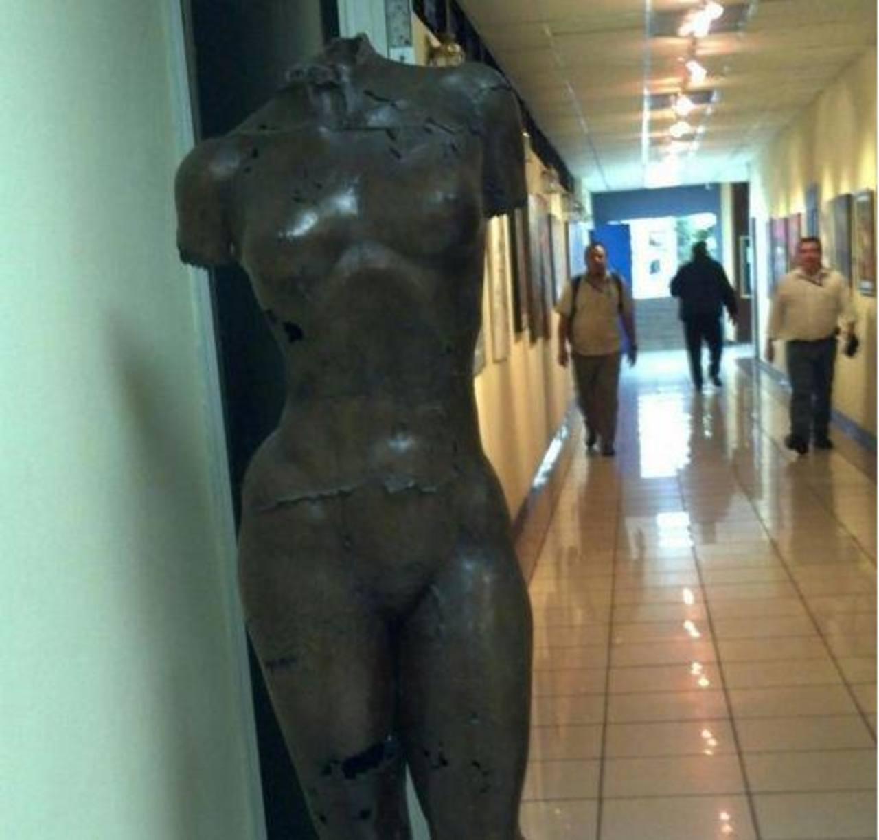 Esta escultura, compra reciente, costó $21,000. FOTO EDH Jorge Reyes