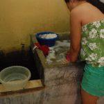 El agua que reciben del consorcio, según los habitantes, no es apta para el consumo humano y menos para lavar ropa y trastos, pero algunos la utilizan por necesidad. Foto EDH / JENNY VENTURA