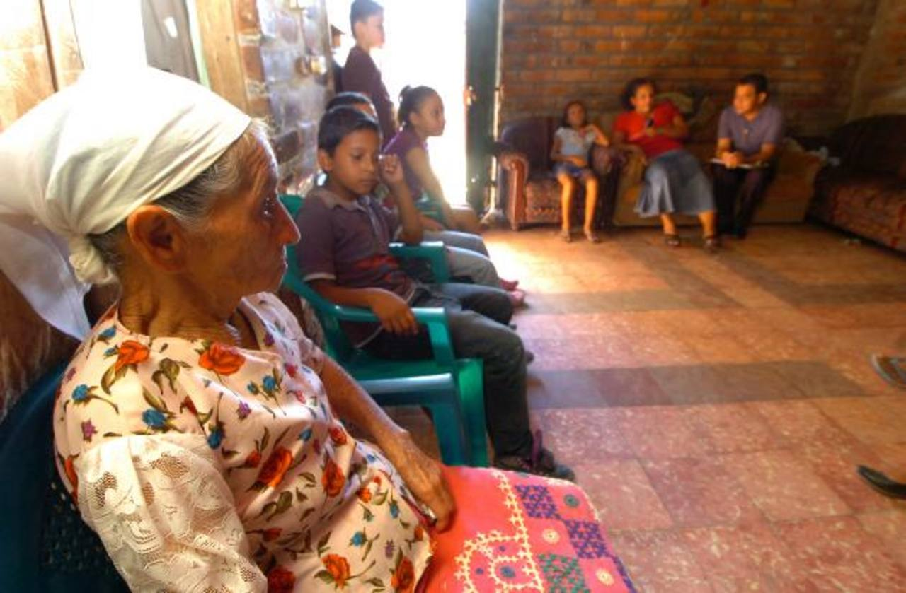 Familiares y vecinos de la familia Barrios Hernández reunidos después de enterarse del ataque armado. El hecho ocurrió la madrugada de ayer en Nejapa. Fotos / Ericka Chávez