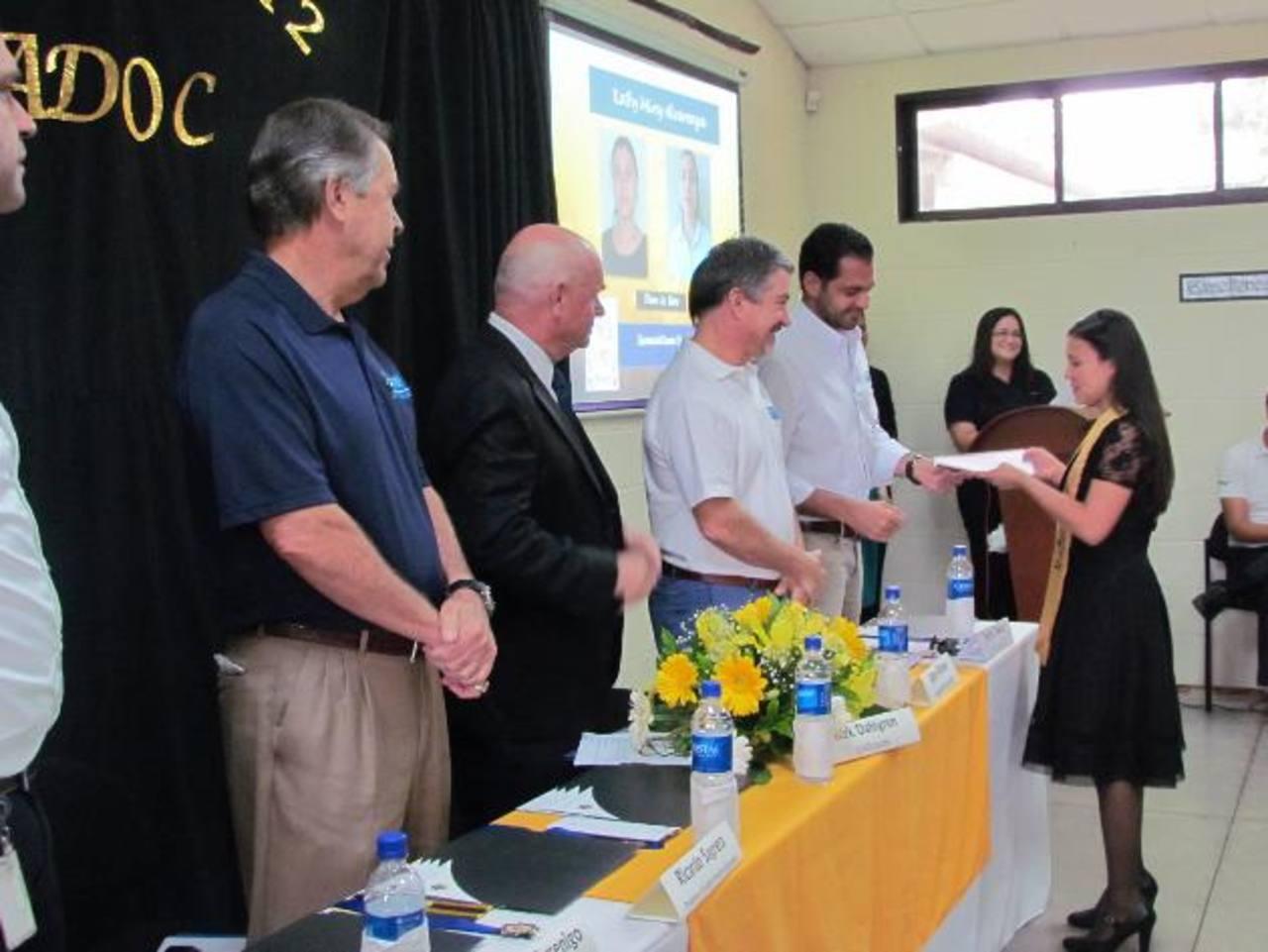 Izquierda a derecha: Ricardo Sagrera, presidente y fundador del Programa ¡Supérate!; Kirk Dahlgren, director de USAID; Jaime Palomo, presidente de Empresas Adoc; Sergio Celasco, miembro del Comité del Centro ¡Supérate! Adoc, en la entrega de diplomas