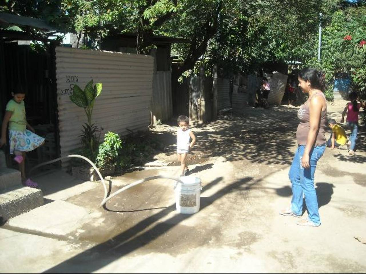 Compran el agua para consumo a un camión cisterna y esperan el servicio. Foto EDH / Milton JacoEsta comunidad se encuentra en un terreno estatal. La comuna expresa que por ello no les apoyan. Foto EDH / Milton Jaco