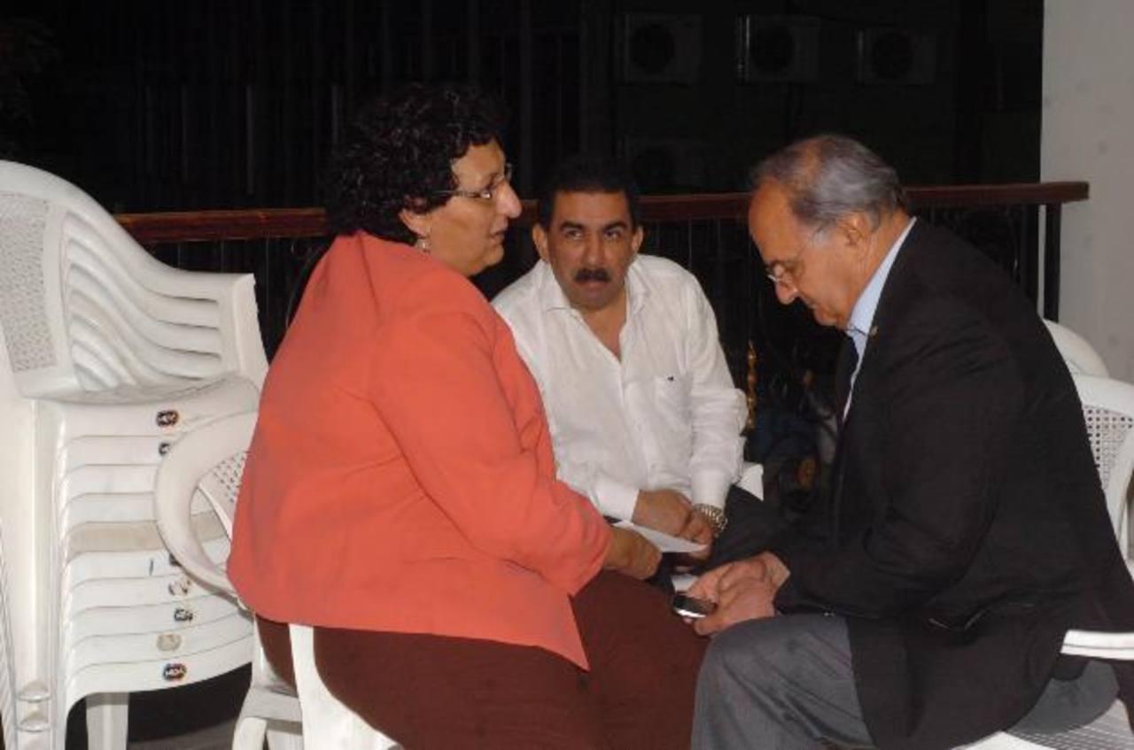 Lorena Peña, FMLN; el viceministro de Transporte, Nelson García, y el secretario de Asuntos Estratégicos, Hato Hasbún, conversaron el jueves afuera del Salón Azul. foto edh /Jorge reyes