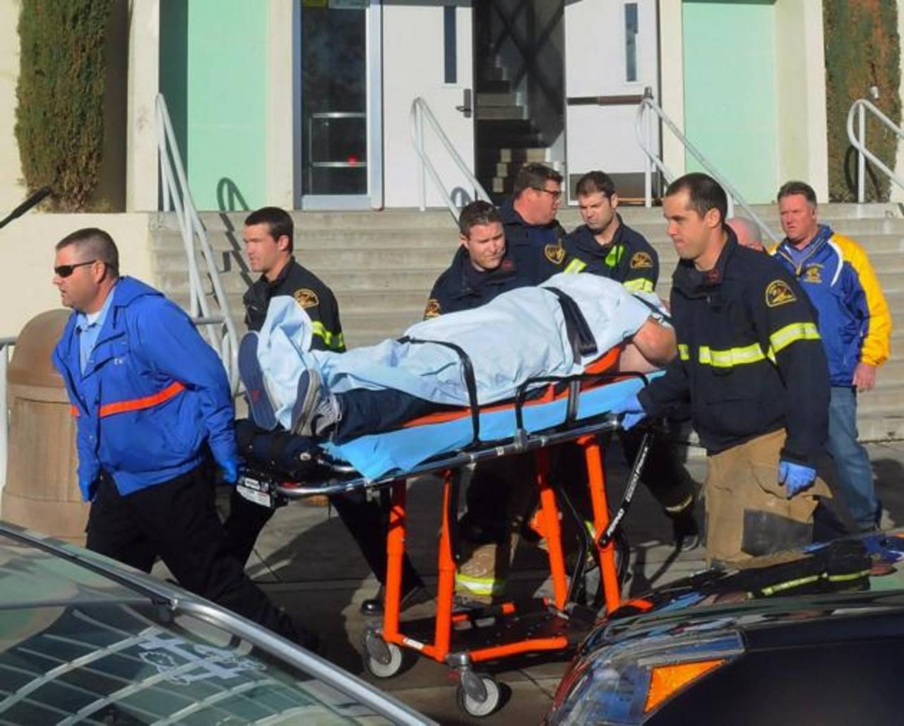 Paramédicos trasladan a un estudiante herido en la balacera en la Taft Union High School, California. Foto EDH / ap