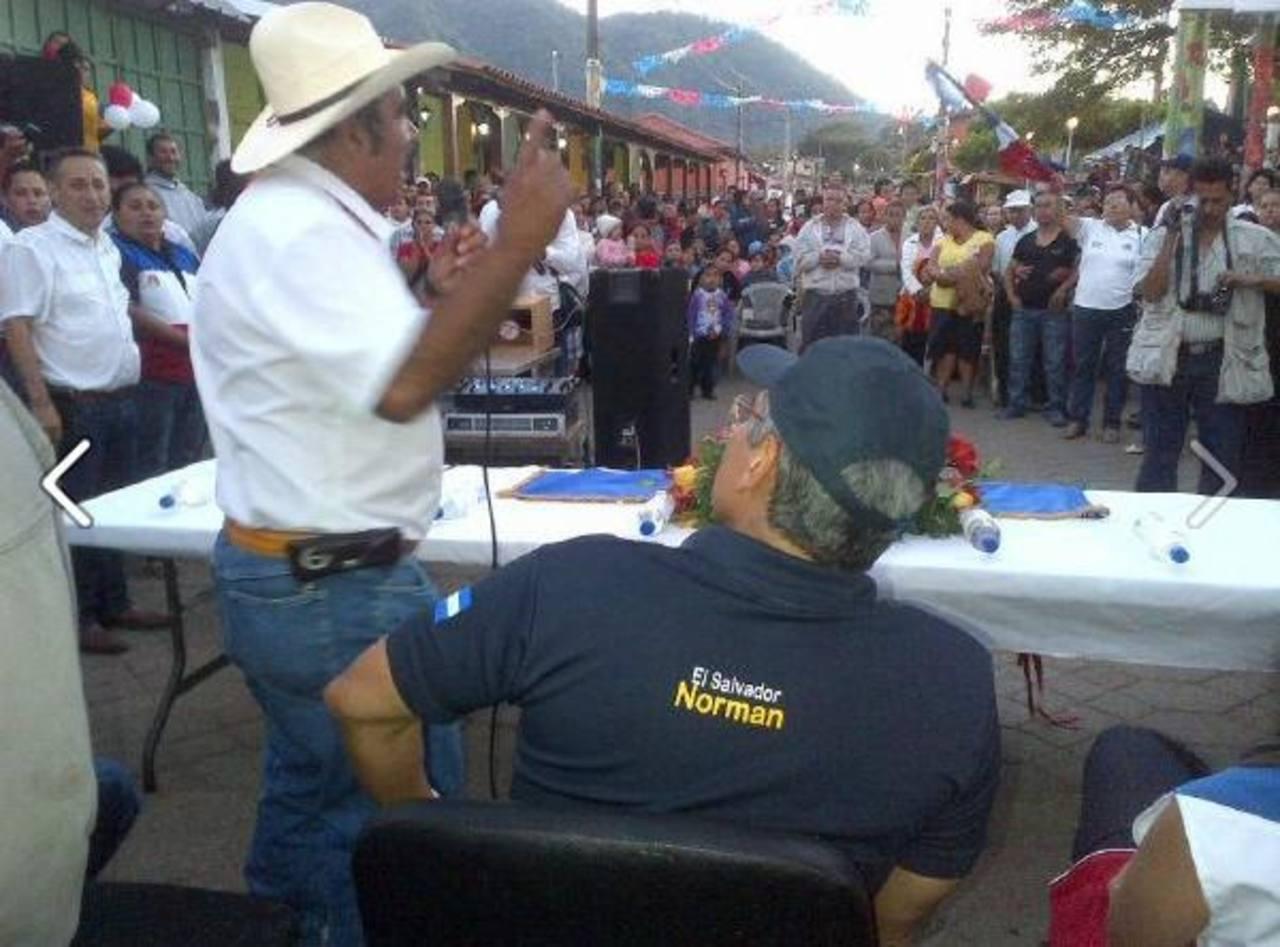 El candidato fue recibido por cientos de areneros en Apaneca. FOTO EDH