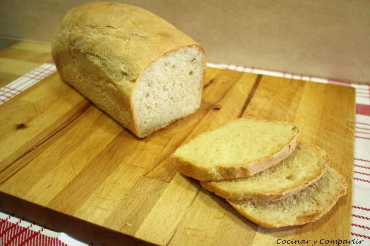 El moho es una especie de hongo que se produce en el pan guardado.