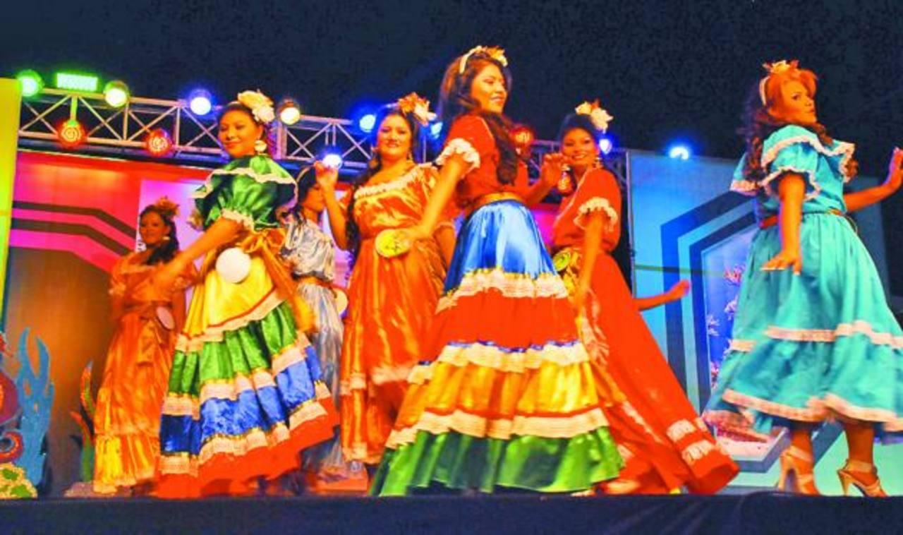 Las jóvenes hicieron gala de su gracia y belleza durante el evento. Foto EDH / Insy Mendoza