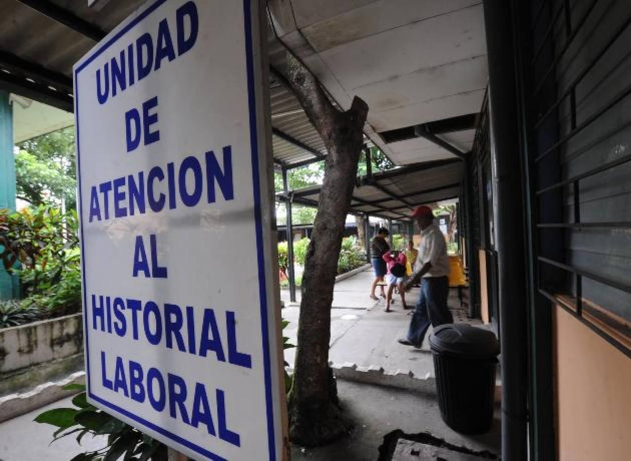En esta oficina se recopila parte del historial laboral de los trabajadores próximos a pensionarse, incluyendo los que lo harán bajo el Sistema de Ahorro para Pensiones. foto edh / archivo