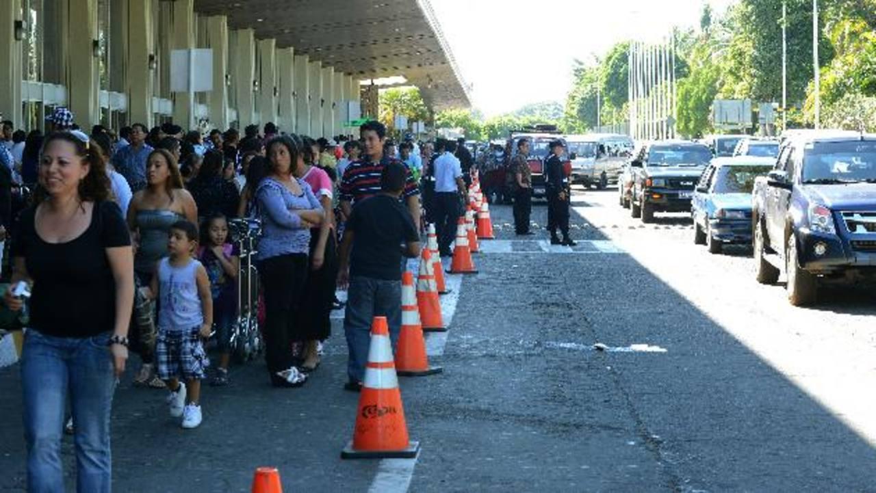 Al menos 50 pasajeros perdieron sus vuelos en el aeropuerto por los retrasos que generaron las protestas en la autopista a Comalapa. Fueron reubicados en otros aviones. foto edh