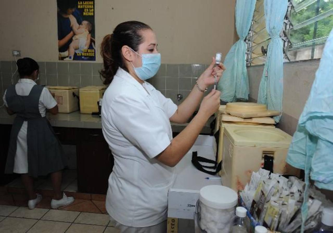 Enfermera de la unidad de salud de Soyapango prepara las vacunas. Foto EDH / archivo