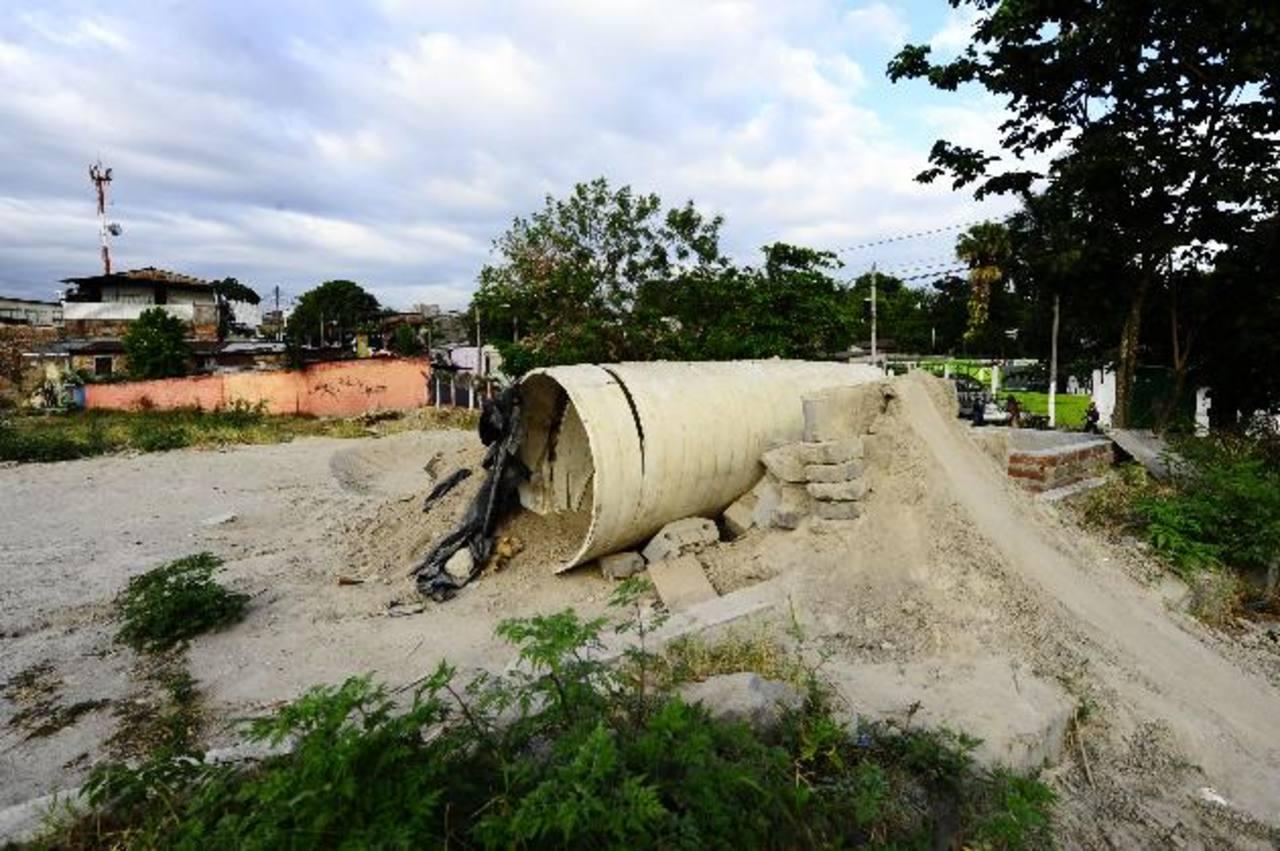 En el terreno en la Avenida El Rosario no se visualiza maquinaria que dé inicio a los trabajos de construcción de la terminal. Foto EDH / omar carbonero