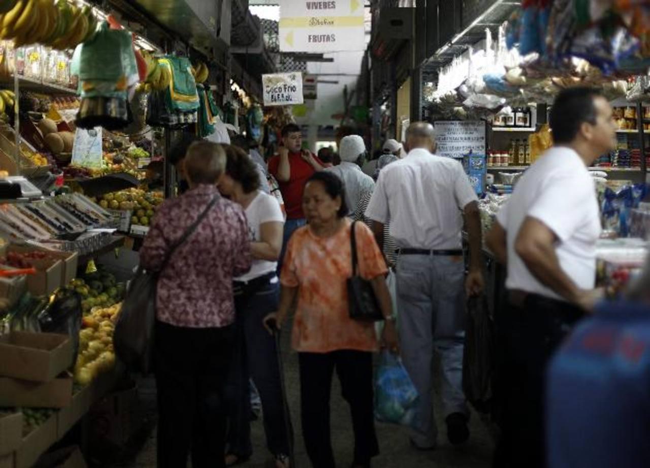 Desde febrero de 2003 el gobierno de Chávez mantiene un estricto control de precios a productos y servicios. Foto EDH/ archivo